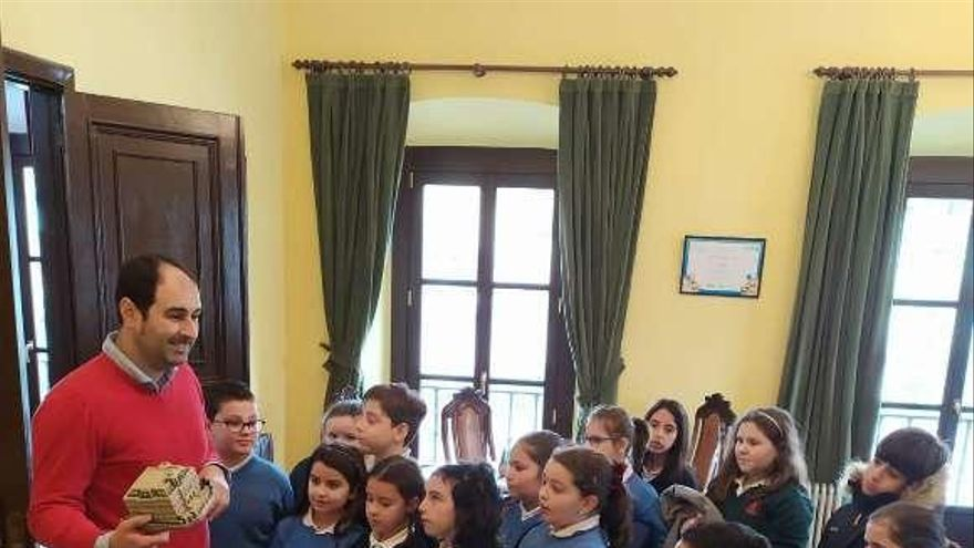 Visita escolar en el Ayuntamiento praviano
