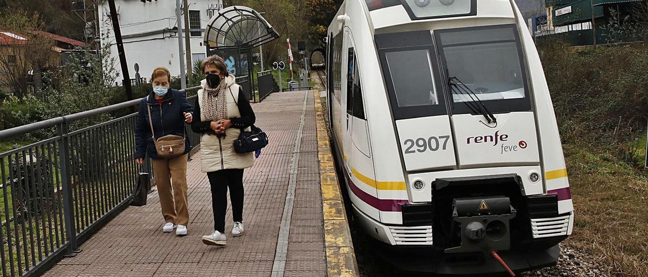 Dos usuarias de la línea, en el apeadero de Baíña. | Ángel González