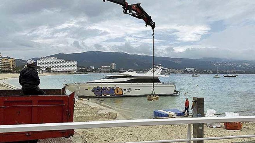 Calvià inicia el desguace del yate varado  en la playa de Son Maties desde hace un año