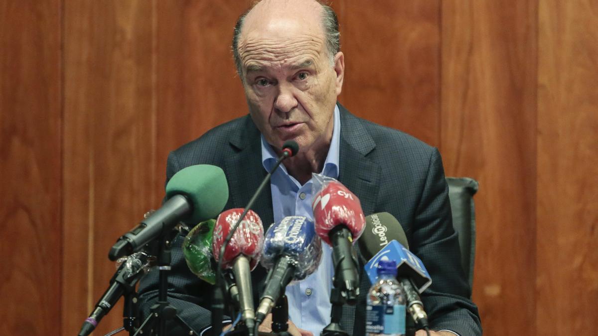 El presidente del Consejo de Colegios de Médicos de Castilla y León durante una rueda de prensa.