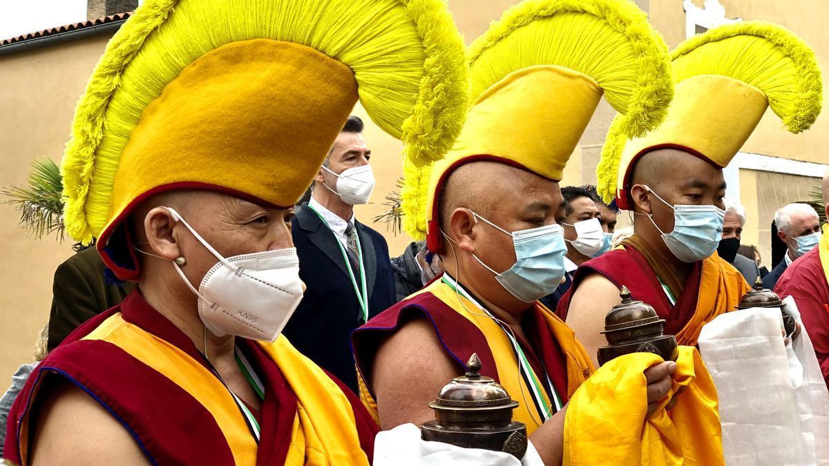 Monjes budistas en el Museo de Pedrilla, hoy.