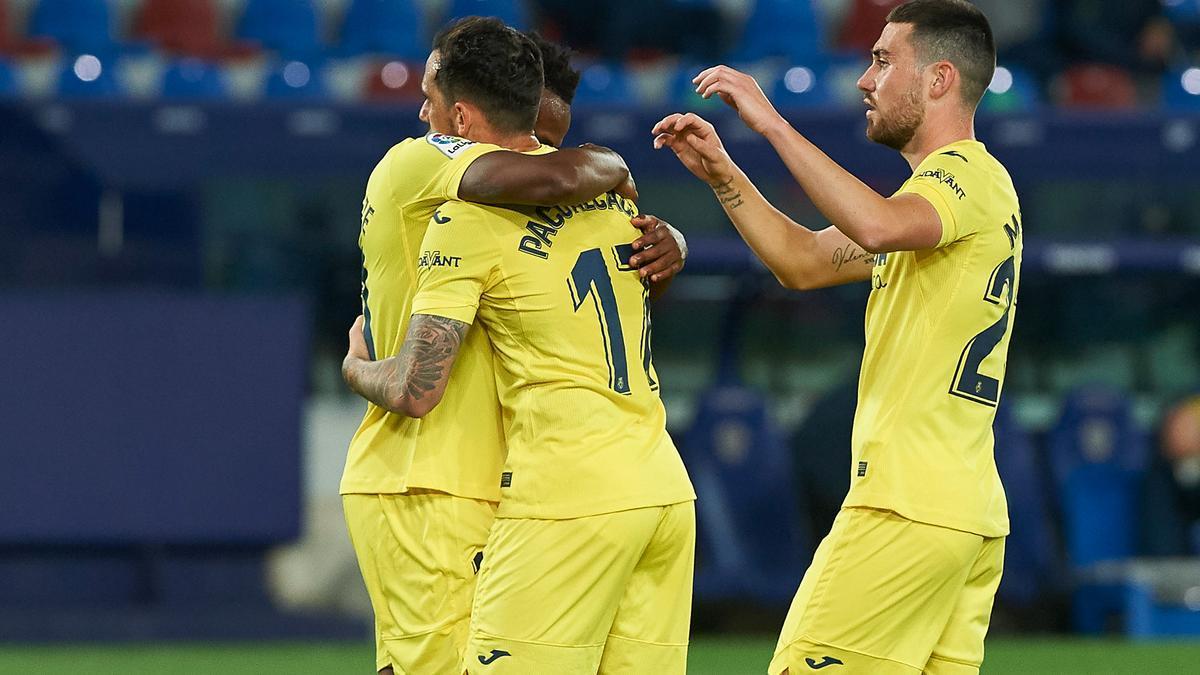 Los jugadores del Villarreal celebran ante el Levante.