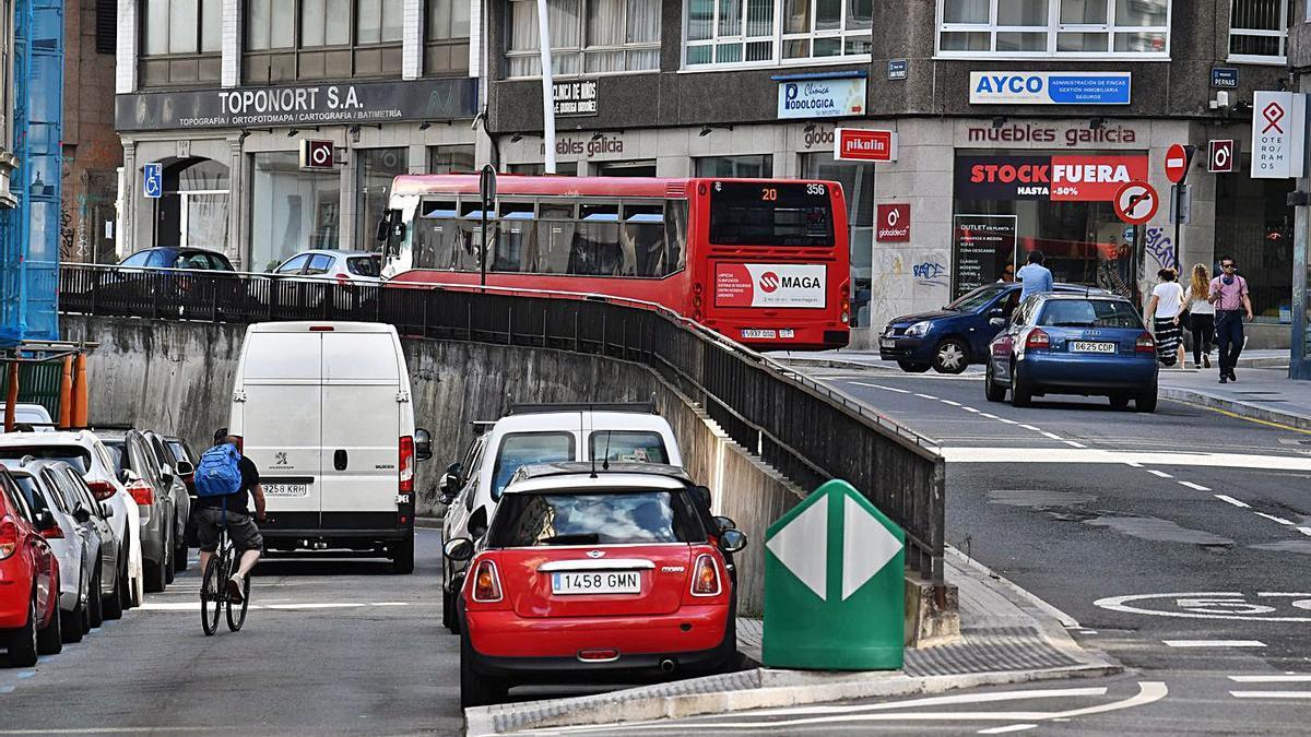 Calle Juan Flórez, con el tramo a la izquierda en el que se iniciará el carril bus en sentido contrario.     // V. ECHAVE