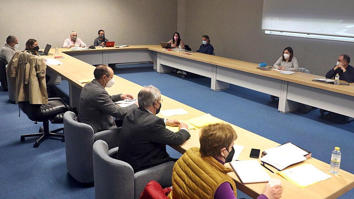 Un momento de la reunión de la mesa sectorial de educación, ayer, en Santiago.     // XOÁN ÁLVAREZ