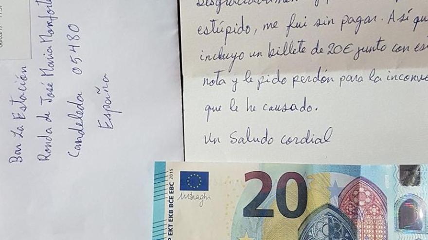 Un client oblida pagar en un bar i envia 20 euros per carta