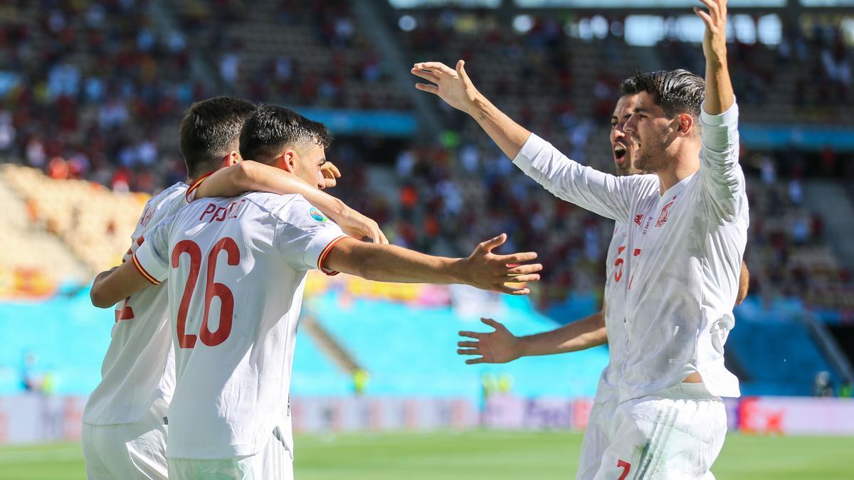 Els jugadors de la selecció espanyola celebren el primer gol davant Eslovàquia