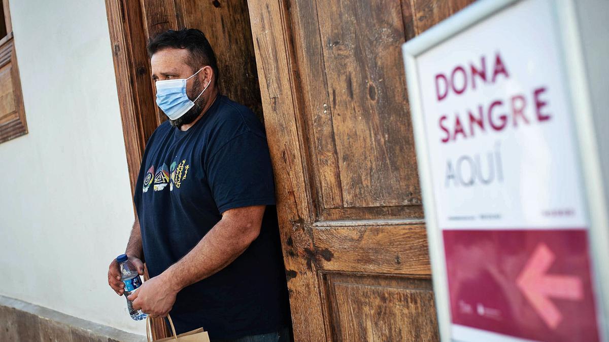 Un hombre, tras donar sangre, sale de un punto de extracción móvil ubicado en La Laguna