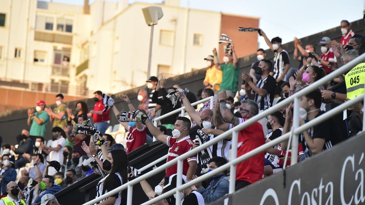 Peñistas del FC Cartagena en el partido ante el Almería