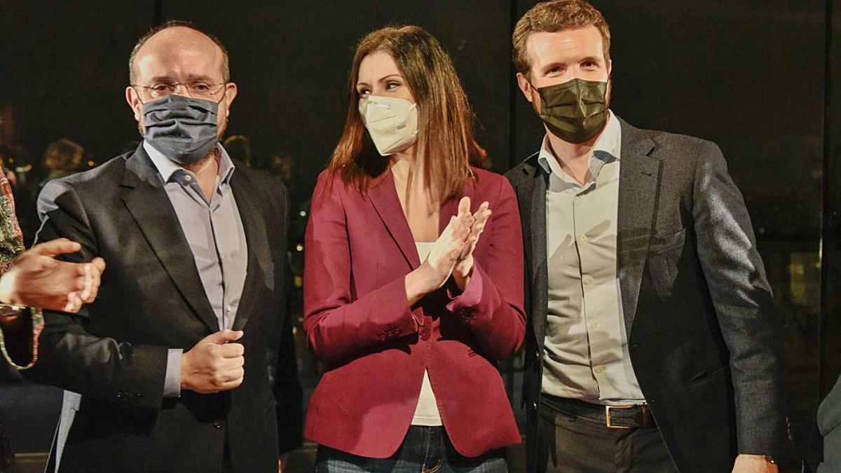 Alejandro Fernández,  Lorena Roldán i el Pablo Casado, en l'acte final de campanya a Catalunya