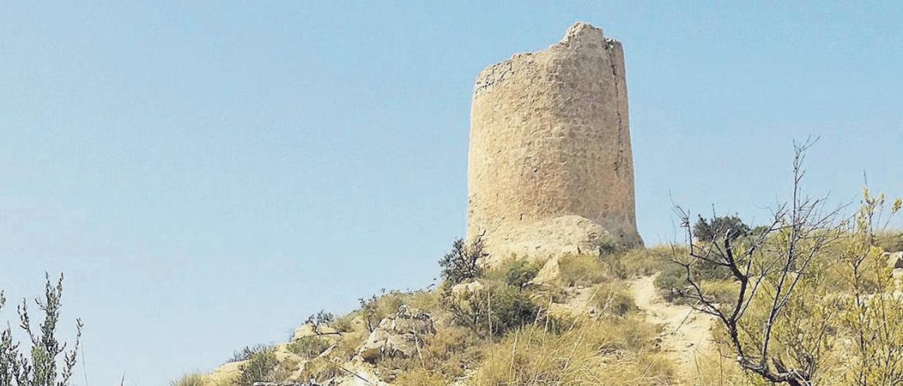La Torre del Barranc d'Aigües, con su aljibe en primer término, cuyo estado es mejor que el del bastión.