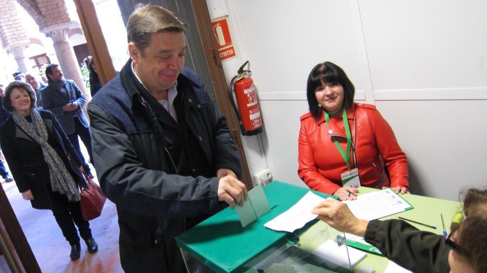 Luis Planas vota en presencia de Rafaela ...