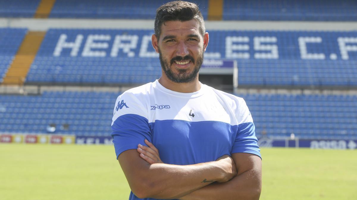 Moisés García posa dentro del José Rico Pérez.