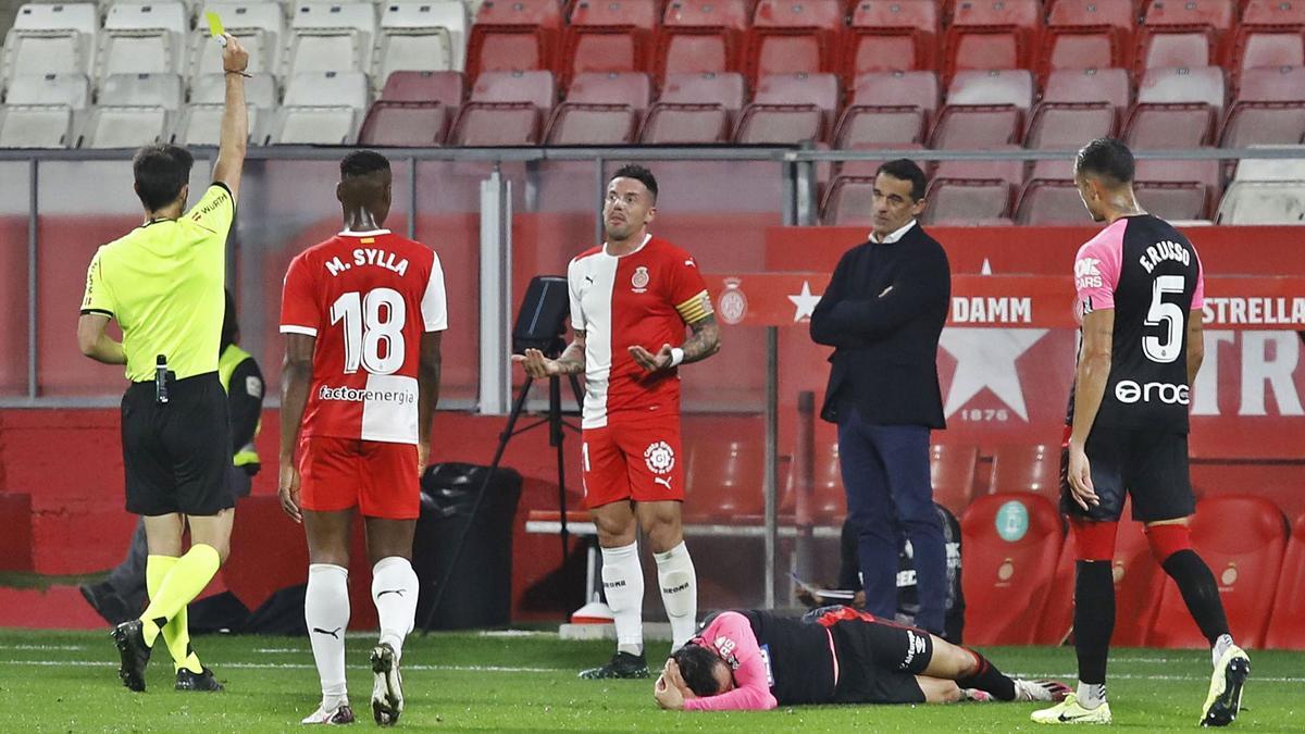 Luis García observa al árbitro tras una dura falta sobre Sastre. Jaume Mundet