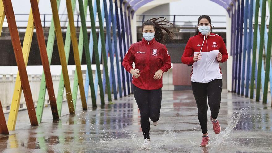 """Contra el virus y los elementos: la """"San Silvestre"""" de Avilés sobrevive con 300 participantes."""