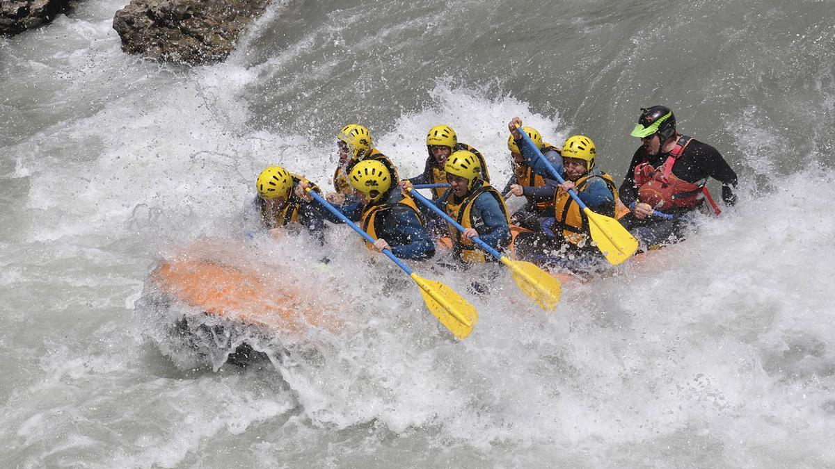 """Un grupo de turistas haciendo """"rafting"""" en la provincia en una imagen de archivo"""