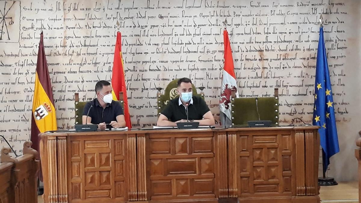 El responsable de Aquona (izquierda) y el alcalde de Benavente (derecha) en la presentación.
