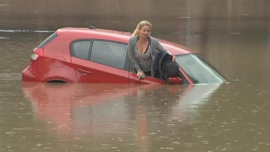 Rescatada a punto de hundirse en su coche en el Port de Sagunt