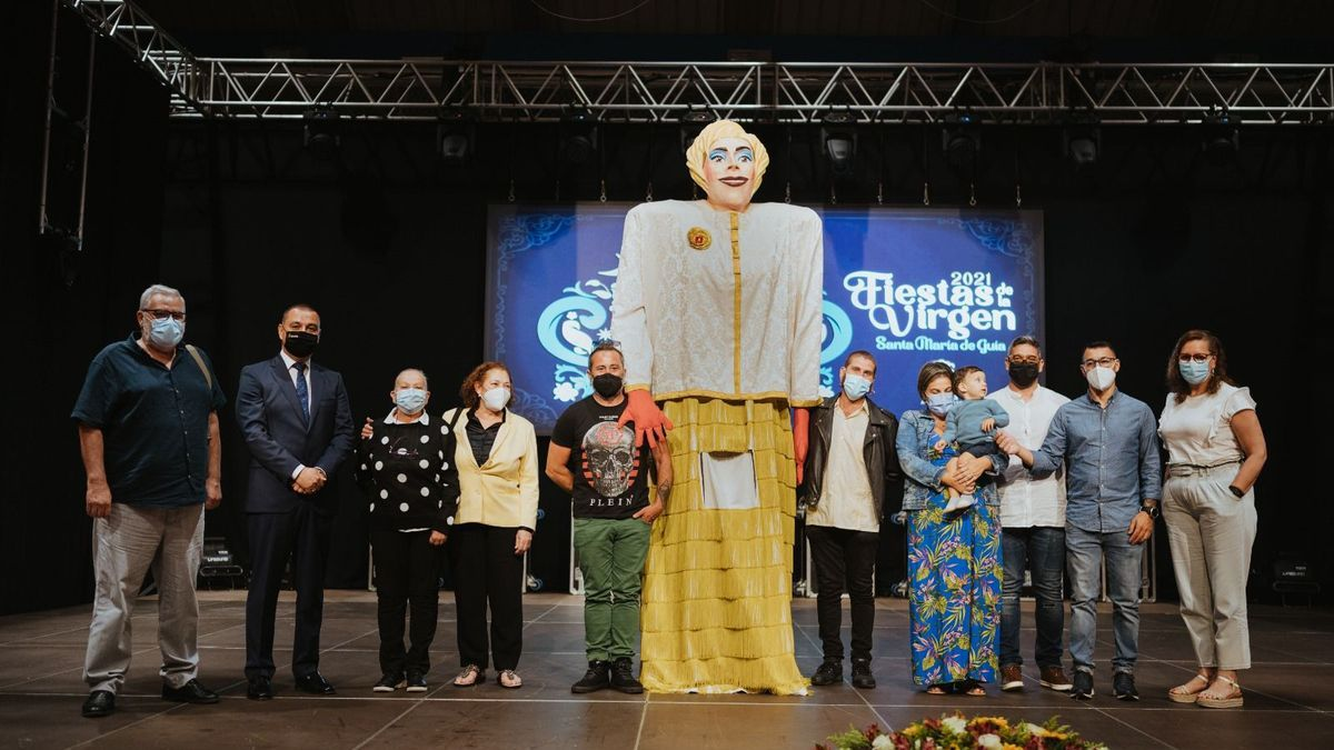 Familiares de Xayo y el alcalde, Pedro Rodríguez, tras hacerles entrega del título de Hijo Predilecto de Guía y con el papagüevo inspirado en el artista