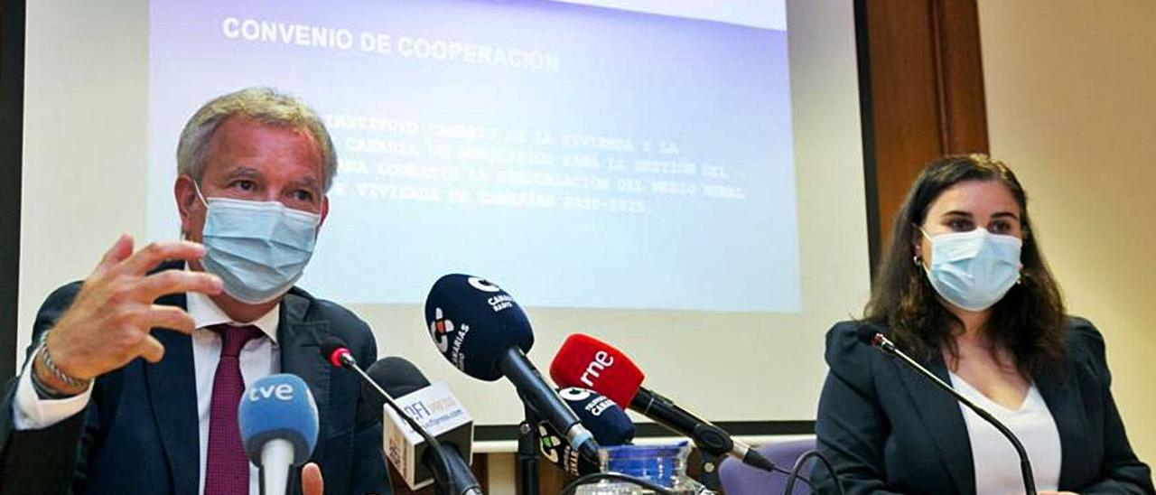 Sebastián Franquis y Mari Brito en la firma del convenio para municipios despoblados, ayer. | | LP/DLP