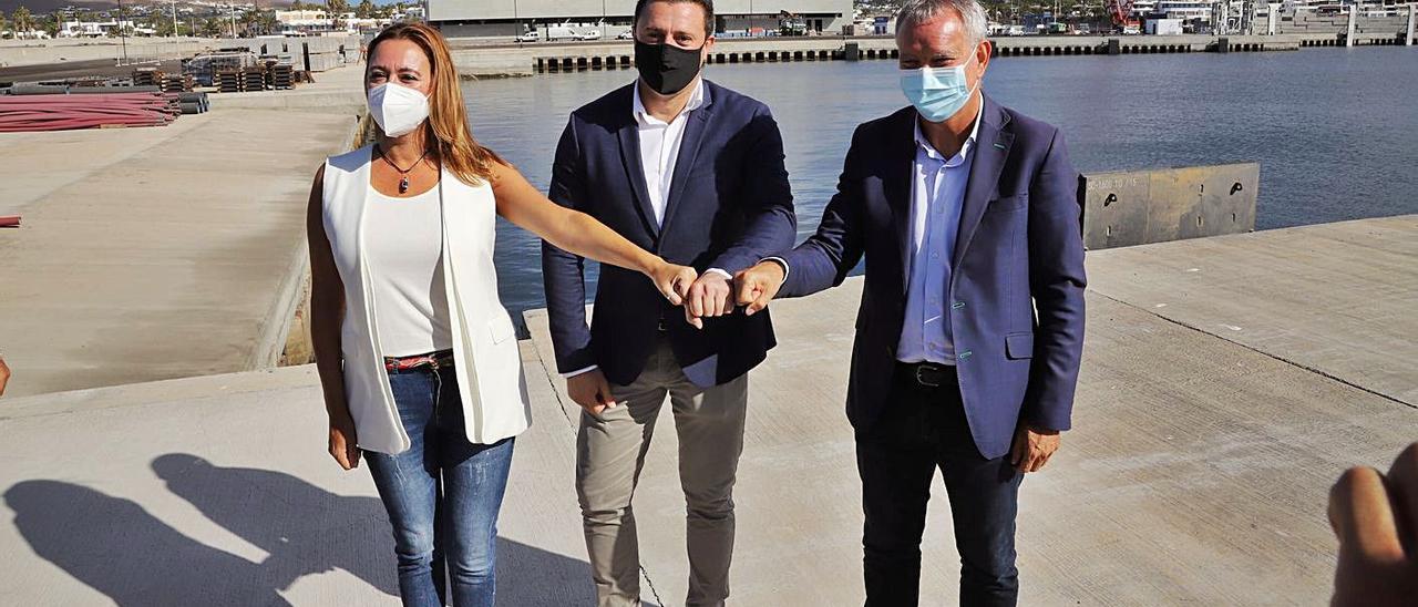 Dolores Corujo, Óscar Noda y Sebastián Franquis, ayer, tras la firma de la recepción parcial de las obras de Playa Blanca.     E. P.