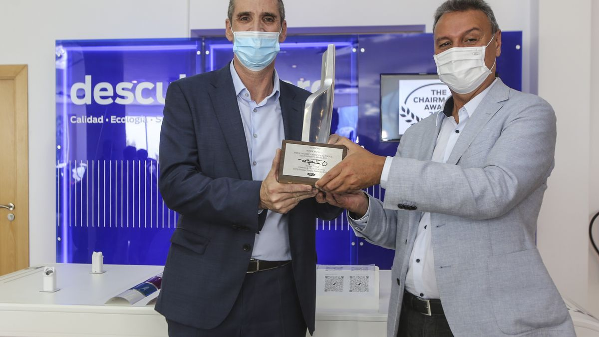 Jesús Alonso, president and CEO of Ford Spain, presents the award to José Antonio Mira, manager of Ford Mundicar