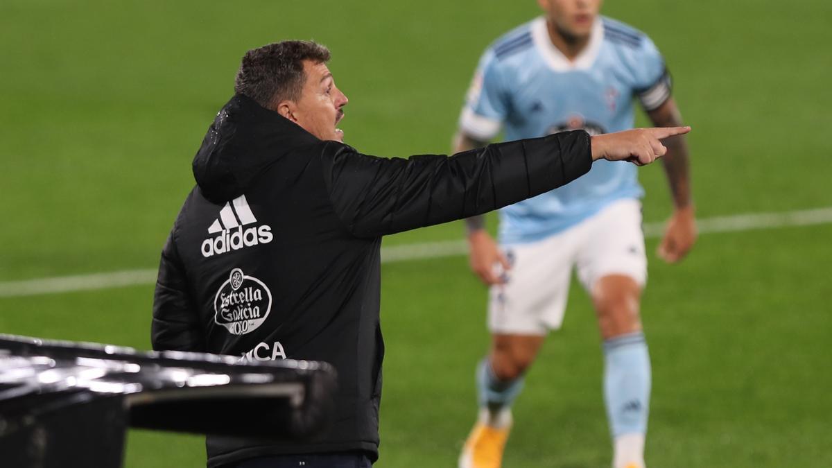 Óscar García, durante un partido de esta temporada; al fondo, Hugo Mallo.
