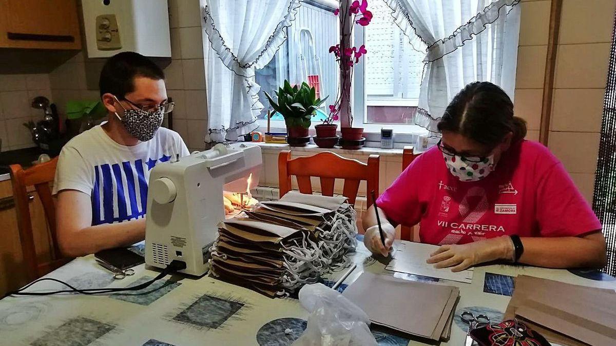 Voluntarios elaborando mascarillas a través de la asociación Afammer.