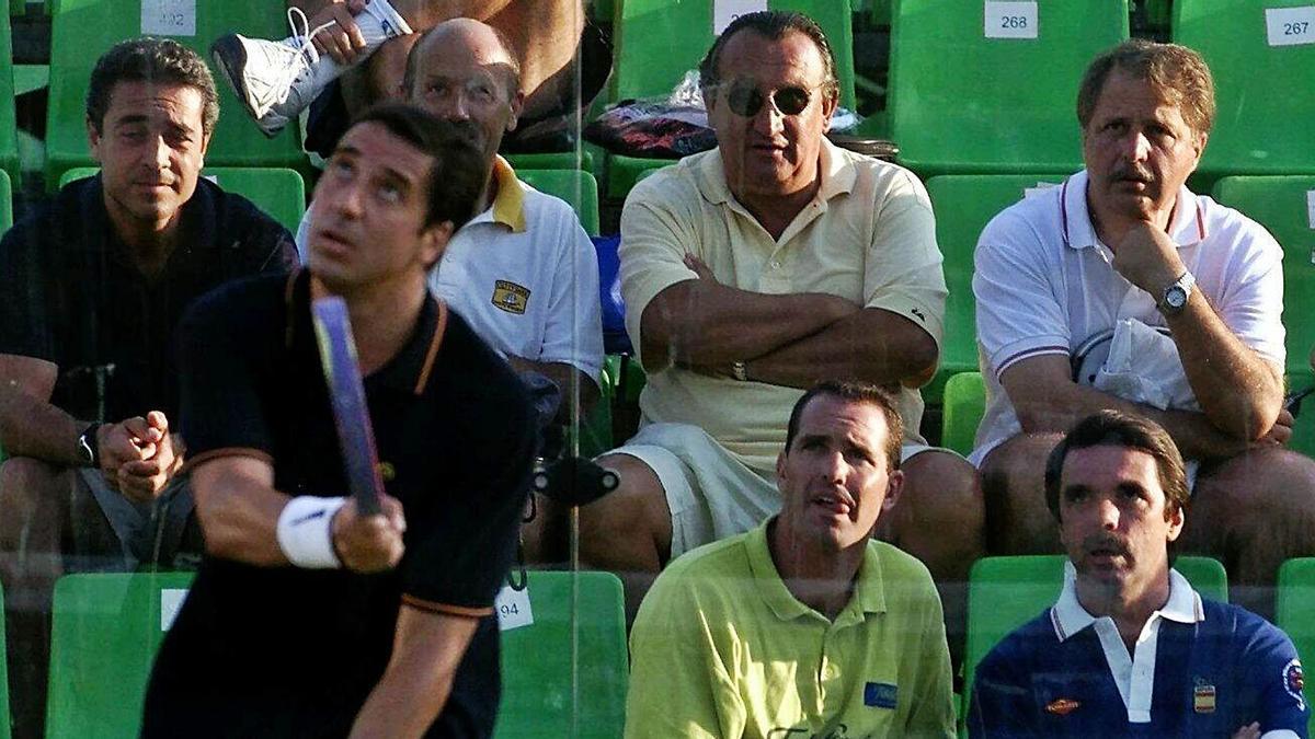 Zaplana juega al pádel bajo la atenta mirada de Aznar, Luis Herrero (primero por la derecha), Carlos Fabra y Víctor Campos.    EFE/ALBERTO ESTÉVEZ