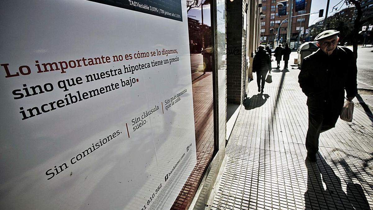 Un anuncio de hipotecas en una sucursal bancaria.