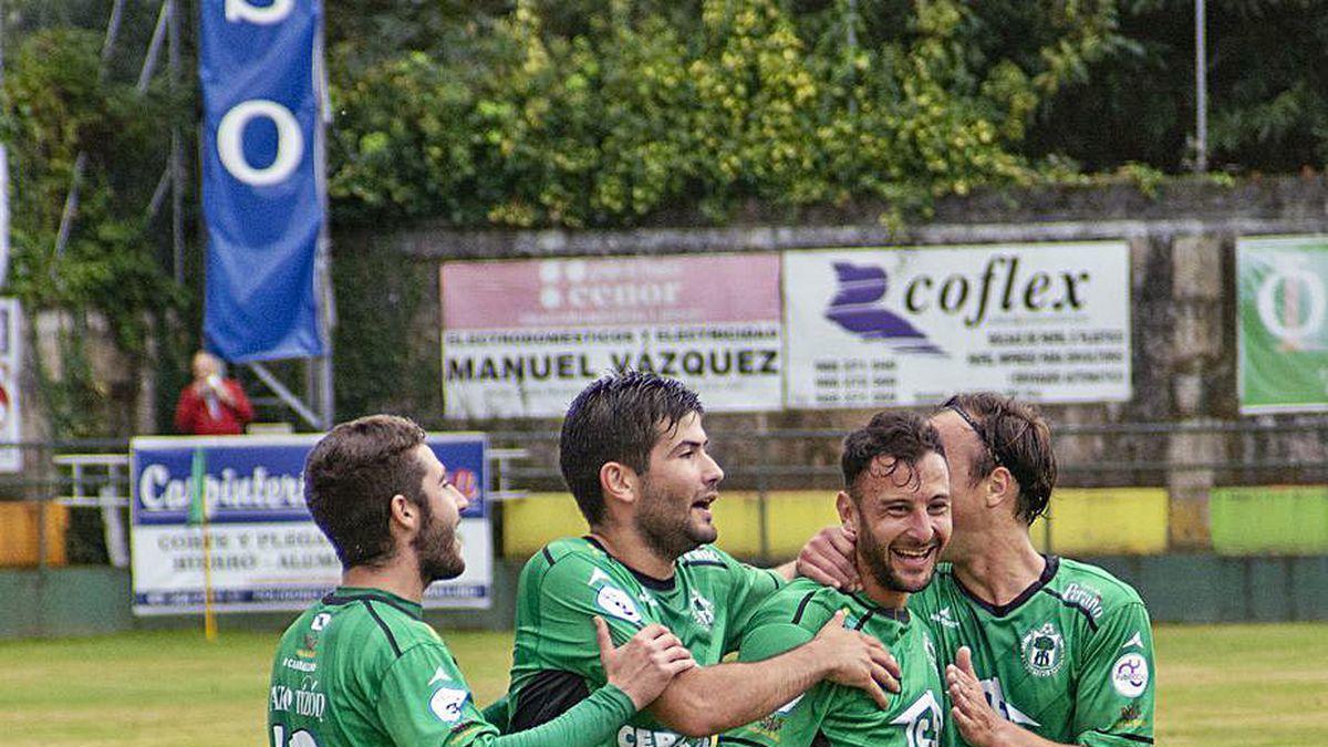 Los jugadores del Arenteiro celebran el 1-0, ayer en Espiñedo.