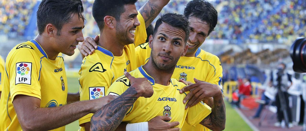 Jonathan Viera Ramos, abrazado por Valerón, Simón y Aythami Artiles, se dirige a la grada Naciente tras batir a Nauzet Pérez, meta del Sabadell, el 2 de mayo del 2015. 50 días después, festejaba el ascenso.    