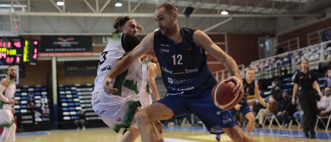 Oliver Arteaga durante un partido del Liberbank Oviedo Baloncesto