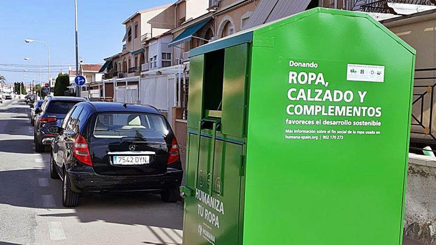 Renuevan en Santa Pola los contenedores para la recogida de ropa usada