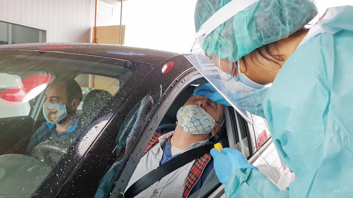 Una sanitaria realiza un test de coronavirus en el Covid-Auto del Meixoeiro, en Vigo. // Marta G. Brea