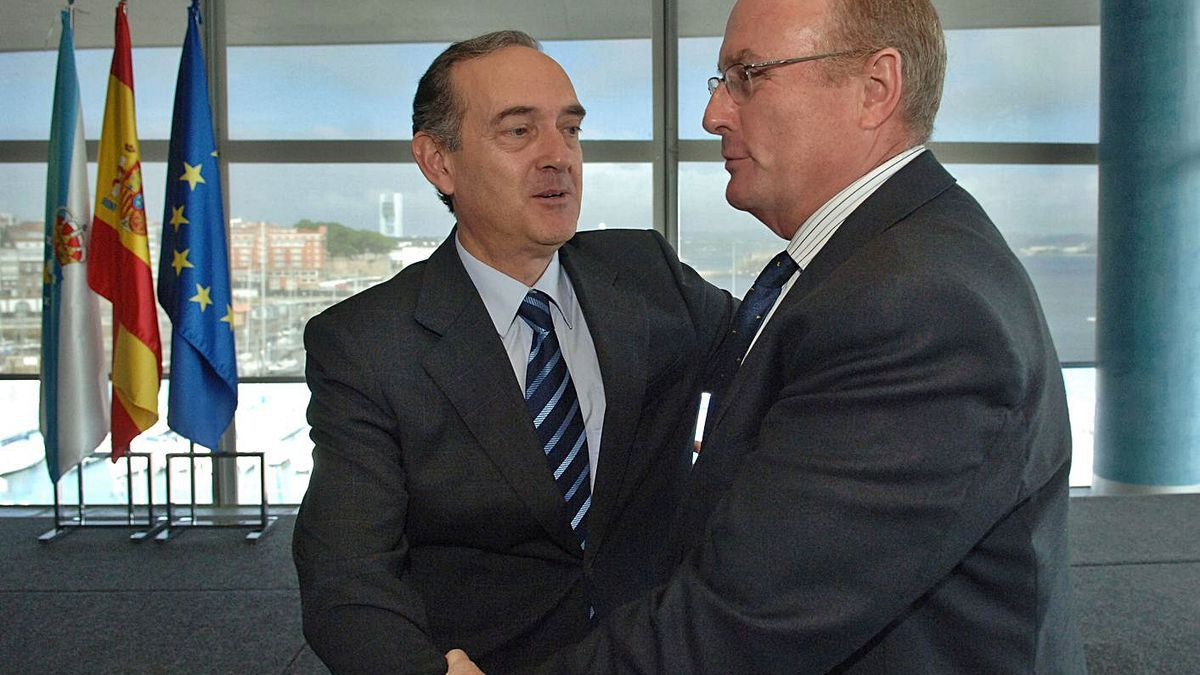 Losada (izquierda) y Fernández Alonso se saludan en la toma de posesión del primero.   | // CARLOS PARDELLAS