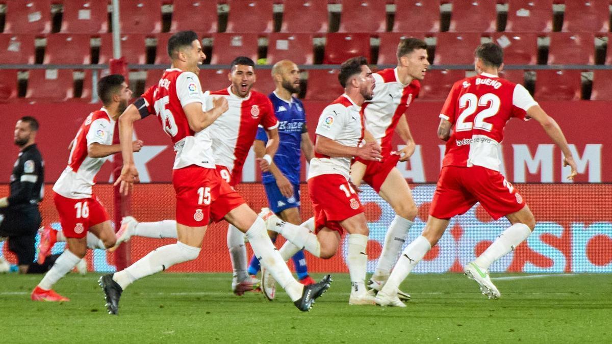 Girona players celebrate Monchu's goal.