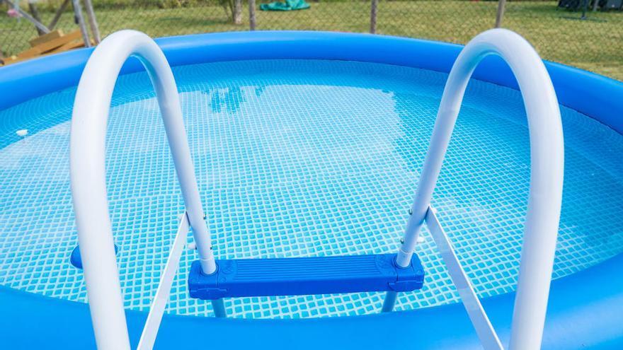 Trucos para limpiar la piscina de plástico de tu casa