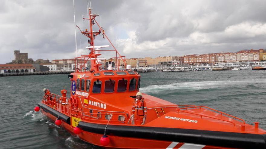 Rescatan a un hombre que llevaba tres días a la deriva sobre una tabla de surf en Málaga