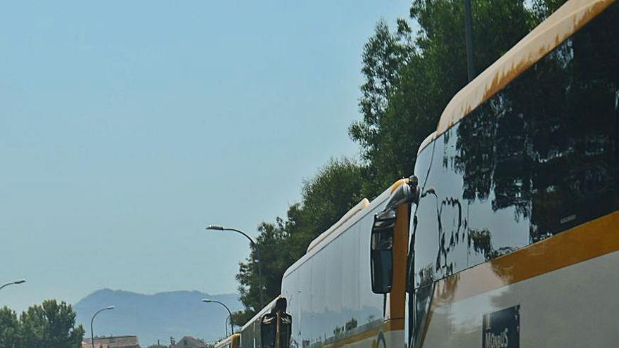 Los autobuses de Monbus que ocupaban el vial de acceso al corredor se trasladan al polígono