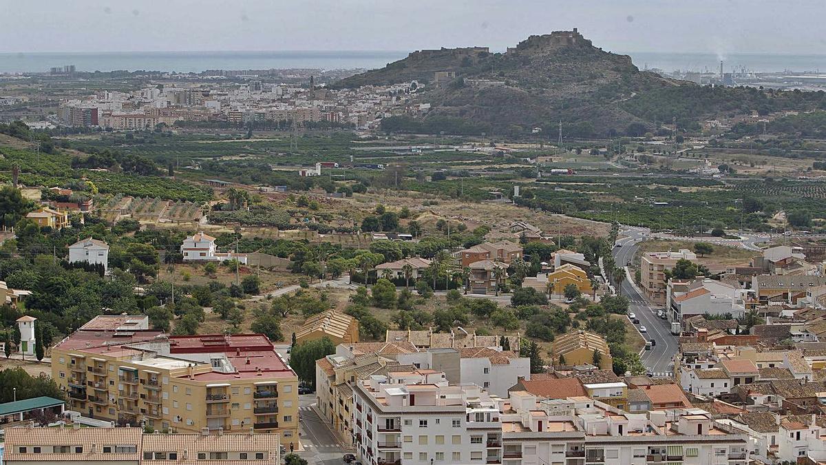 Vista de Petrés y la capital comarcal, con el Port de Sagunt al fondo.   TORTAJADA