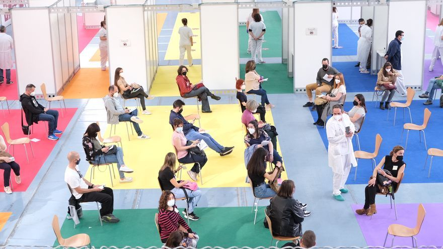 """Comienza en Elda la vacunación de 4.500 docentes de la comarca como una """"jornada festiva"""""""