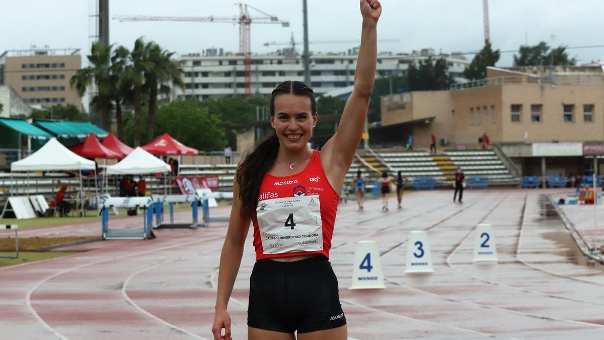 Carmen Avilés celebra su victoria en el 400 lisos de la Copa Andalucía de clubs celebrada en El Fontanar.