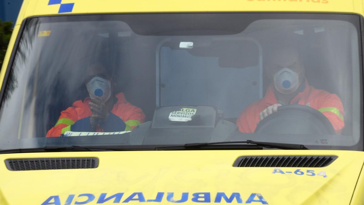 Ambulancia en los accesos al Hospital de A Coruña.