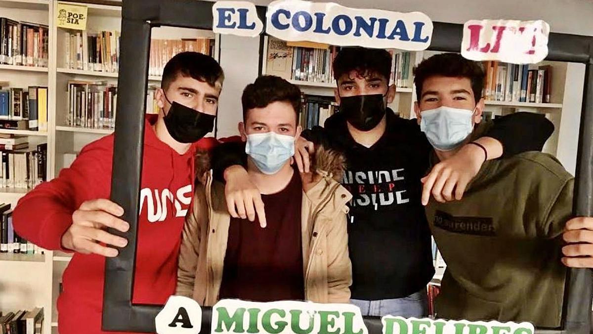 Alumnos del IES Colonial en una actividad sobre el escritor Miguel Delibes.