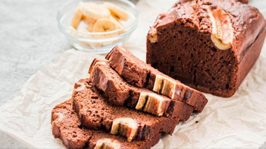 Así de rápido (en unos minutos) puedes preparar un delicioso bizcocho de chocolate y plátano