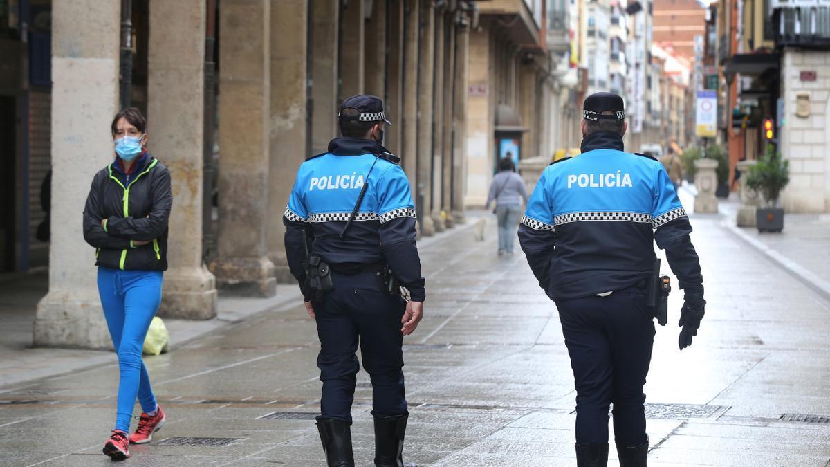 Dos agentes de la Policía Local de Palencia.