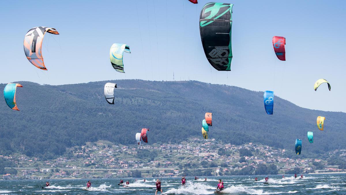 Los kitesurfistas durante una de las regatas disputadas en la ensenada de San Simón.  // María Muíña