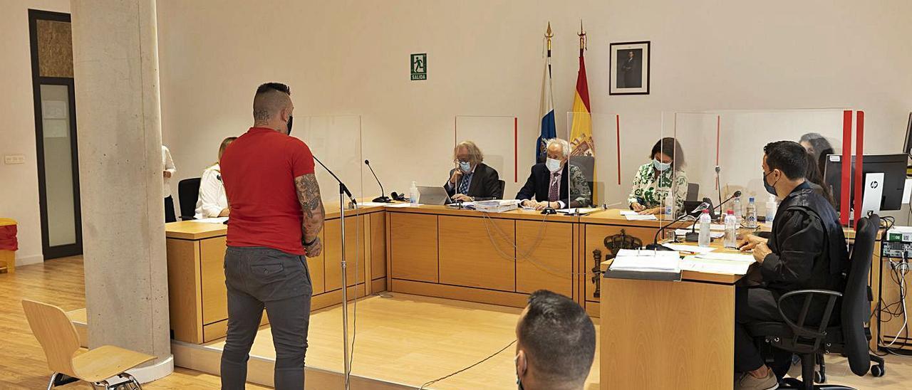 El procesado en el momento de declarar ante los magistrado en el juicio celebrado en la capital majorera     LP/DLP