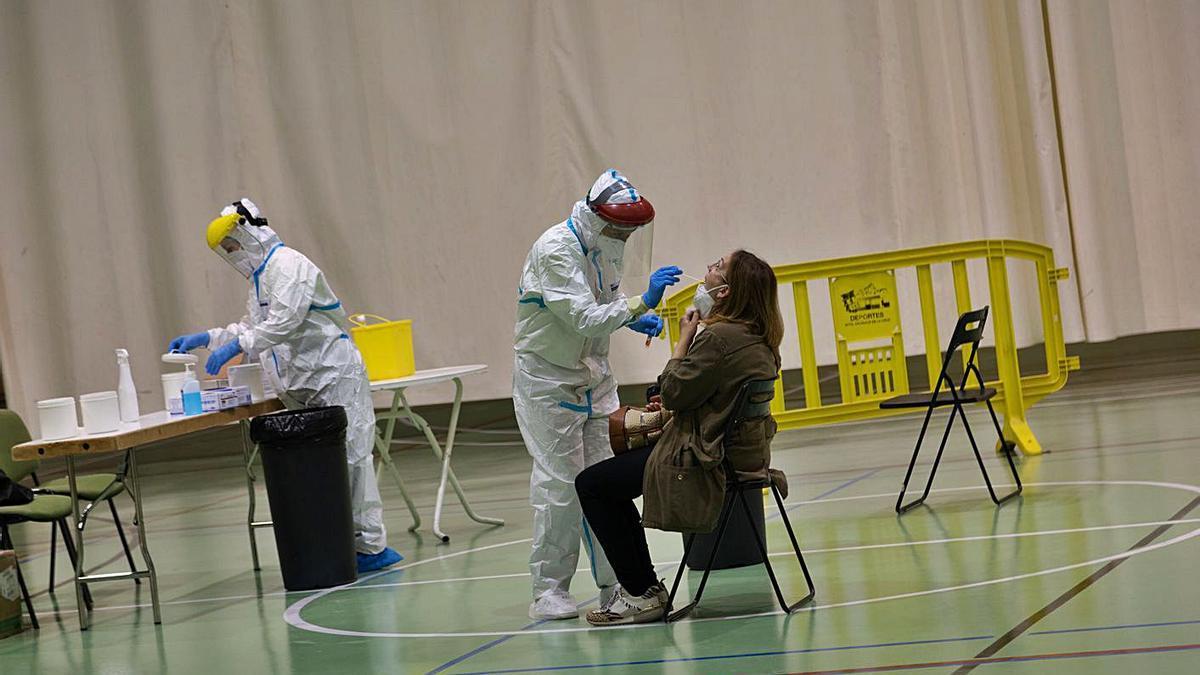 Una mujer se somete a una prueba PCR, ayer en Caravaca de la Cruz. | ENRIQUE SOLER