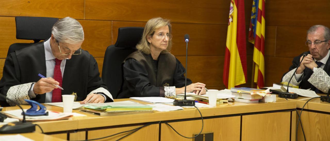 El secretario judicial no facilita el acta con el primer veredicto de culpabilidad que rechazó la juez